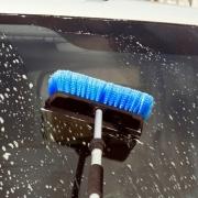 Универсальная щетка для мытья с подачей воды