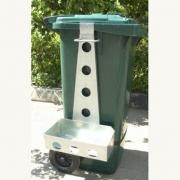 Навеска-держатель инвентаря на контейнер для мусора